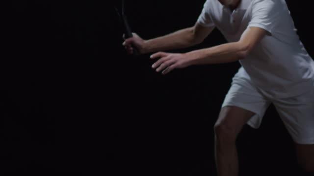 黒の背景の上にボールを打つテニス プレーヤー - テニス点の映像素材/bロール