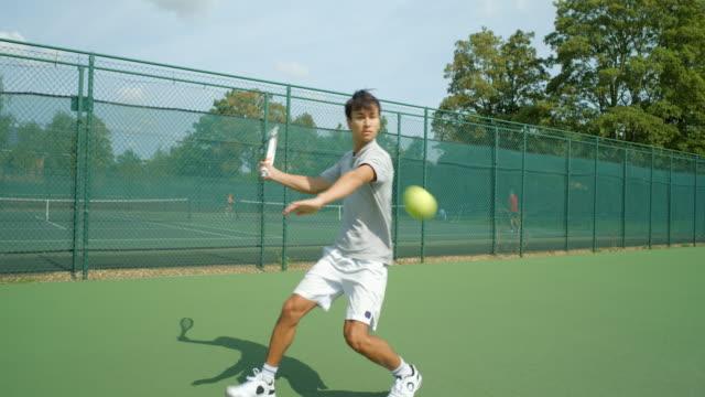Ein Tennisspieler spielt eine tolle Rückkehr und feiert. – Video