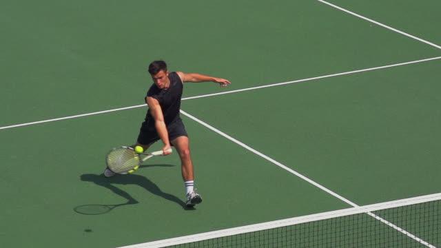 Ein Tennisspieler spielt Schuss und feiert. – Video
