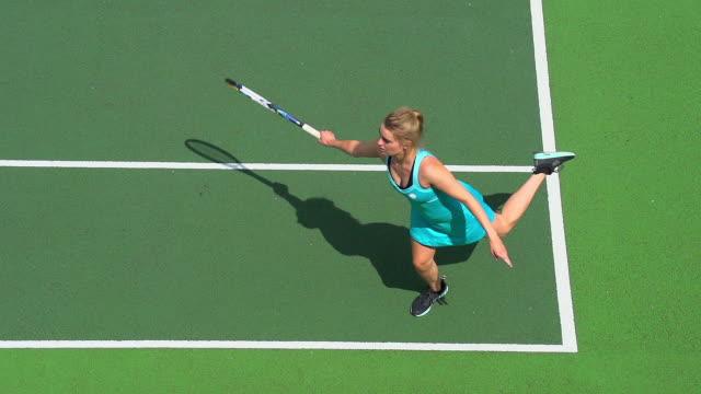 Ein Tennisspieler kehrt Tennisball in Zeitlupe. – Video