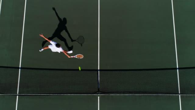 Ein Tennisspieler läuft über den Platz, spielt und feiert. – Video