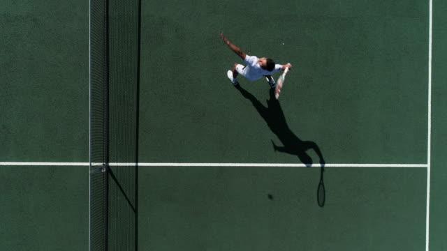 Ein Tennisspieler läuft rückwärts auf dem Platz, um den Schuss zu spielen. – Video