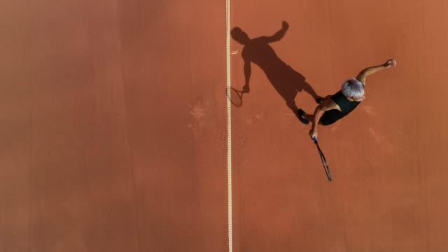 Ein Tennisspieler serviert ein