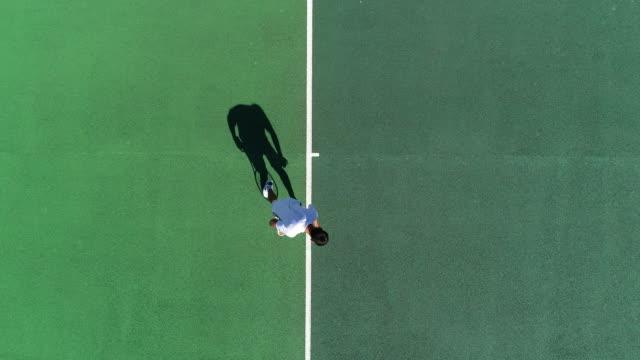 Ein Tennisspieler serviert von oben und feiert ein. – Video