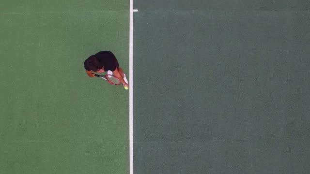 テニス プレーヤーは、カメラに向かって提供しています。 - テニス点の映像素材/bロール