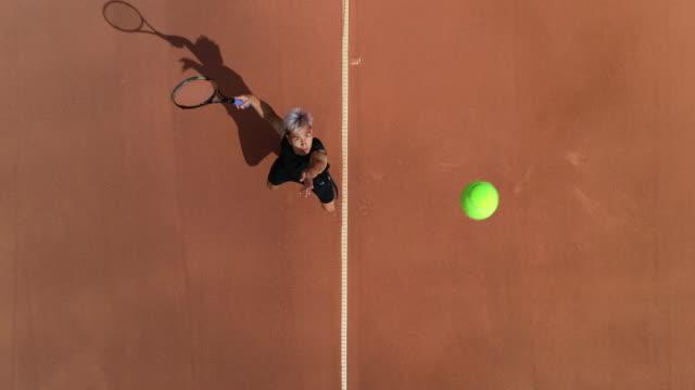 Ein Tennisspieler dient. – Video