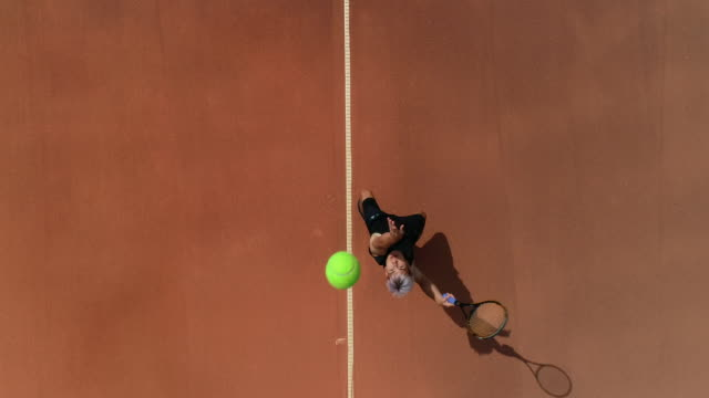 Ein Tennisspieler wirft den Ball hoch und serviert. – Video