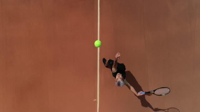 Ein Tennisspieler wirft den Tennisball hoch und serviert. – Video