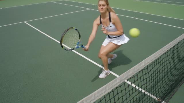ネット上のテニス プレーヤー ボレーされてを祝うとナンバー 1。 - テニス点の映像素材/bロール