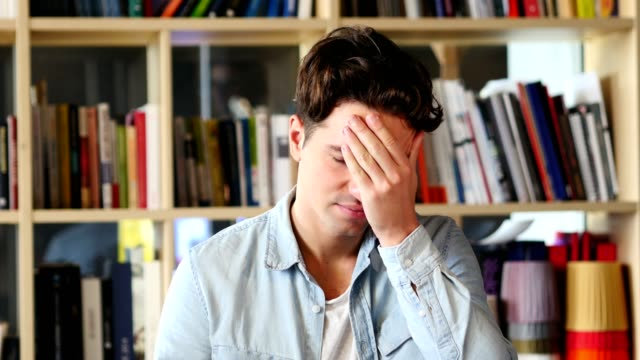 verspannungen und kopfschmerzen, frustriert mann mit arbeitsstress - menschlicher kopf stock-videos und b-roll-filmmaterial