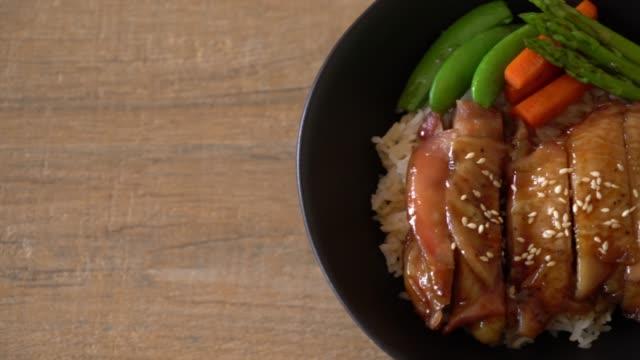 vídeos de stock e filmes b-roll de teriyaki chicken rice bowl - comida asiática