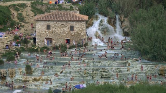 테 르 메 사 투르 니 아. 이탈리아 투 스 카 니에 있는 폭포와 자연 스파 - 스파 온천 스톡 비디오 및 b-롤 화면