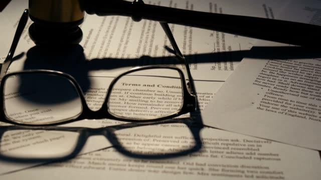 i termini e condizioni del contratto di lavoro di carta giustizia documento legale - sistema legale video stock e b–roll