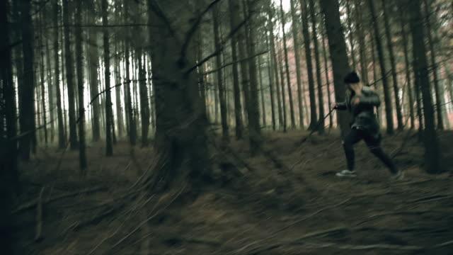 Doodsbang jonge vrouw ontsnappen in het bos video