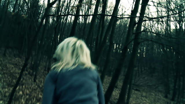 stockvideo's en b-roll-footage met hd: terrified young woman running in the forest - er even tussenuit