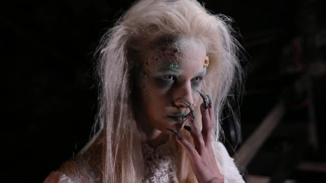 stockvideo's en b-roll-footage met angstaanjagende heks met grote vingernagels - toneelschmink