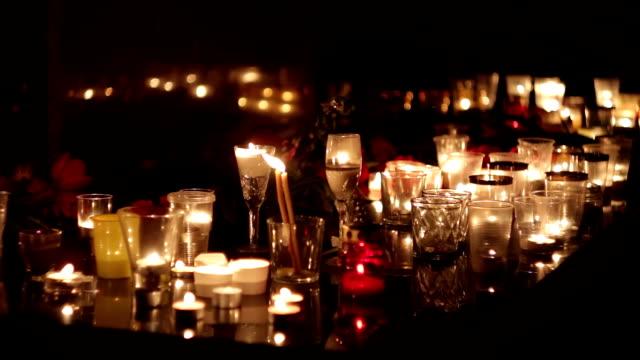 stockvideo's en b-roll-footage met terroristische aanslag, militaire operaties. mensen brengen bloemen en kaarsen ter nagedachtenis van de doden. memorial, verdriet van mensen - funeral crying