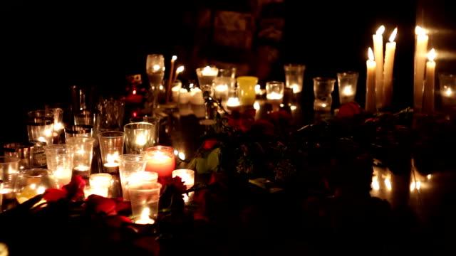 테러, 사람들이 애도. 꽃과 테러 공격에 의해 살해 그의 메모리에 촛불. 꽃과 촛불의 많은 기념관. 군사 작전과 테러 활동의 결과 - 촛불 조명 장비 스톡 비디오 및 b-롤 화면