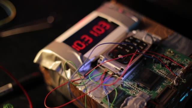 vídeos de stock e filmes b-roll de terrorist making a time bomb in workshop - bomba