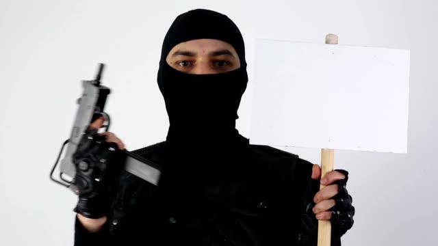 vidéos et rushes de terroriste avec pistolet-mitrailleur et signer sur fond blanc - mitrailleuse