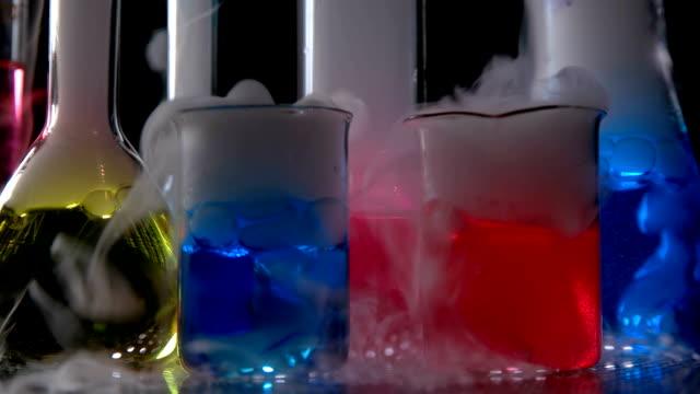 provrör med kemisk vätska i laboratorium, på en svart bakgrund - test tube bildbanksvideor och videomaterial från bakom kulisserna