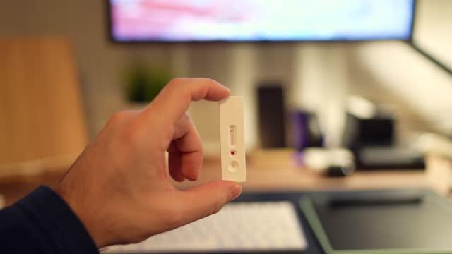 vídeos de stock e filmes b-roll de covid-19 testing at home - instrumento para diagnóstico