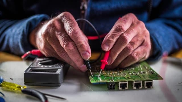 Tablero de circuito de prueba con un multímetro - vídeo