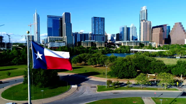stockvideo's en b-roll-footage met texas vlag op perfecte vlag paal voorkant perfecte austin skyline - texas