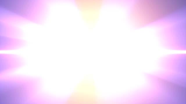 vídeos de stock, filmes e b-roll de texto de 2020 em loop de animação brilhante de cores explosão flash de luz do arco-íris no fundo preto novo qualidade cool legal motion design de loop de imagens de vídeo de férias alegres - logo