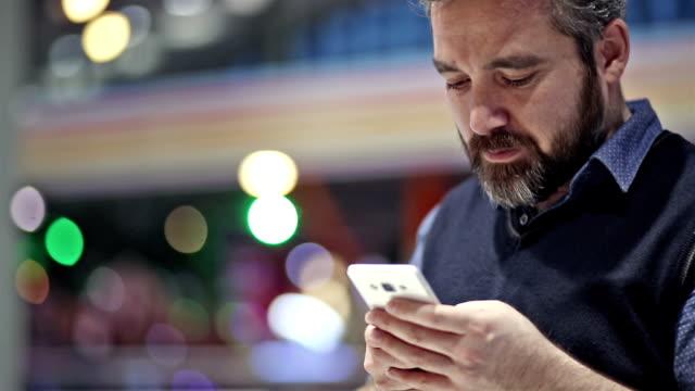 text messaging on smartphone - inviare video stock e b–roll