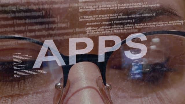 vídeos de stock e filmes b-roll de apps text on background of female developer - going inside eye
