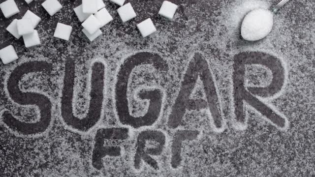 """vídeos y material grabado en eventos de stock de texto """"libre de azúcar"""" escrito en el fondo negro - alergias alimentarias"""