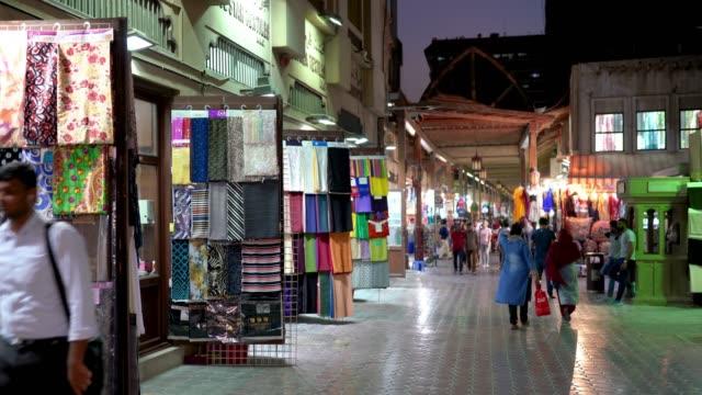 tekstil çarşısı bur dubai eski şehir merkezinde - pazarcı stok videoları ve detay görüntü çekimi