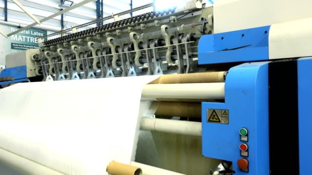 vídeos y material grabado en eventos de stock de máquina de ondear textil en una fábrica textil - colchón
