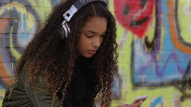 texting and listening to music in the city - compagni scuola video stock e b–roll