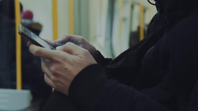 地下鉄で cu: テキスト メッセージ - スマートフォン点の映像素材/bロール
