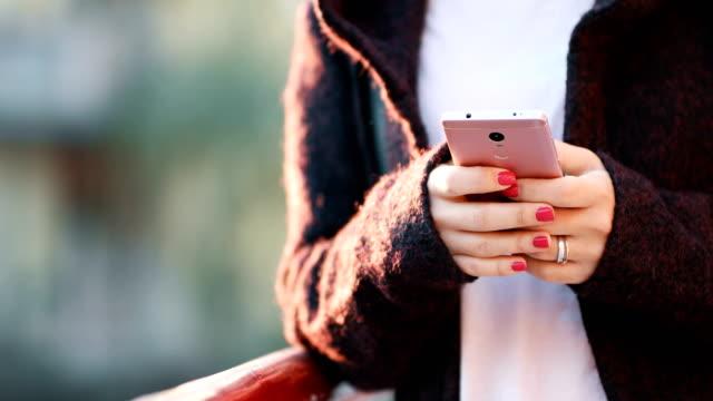 skicka sms - telefonmeddelande bildbanksvideor och videomaterial från bakom kulisserna