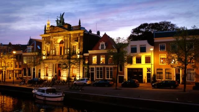 teyler の博物館と spaarne 川、ハールレム、オランダ - オランダ点の映像素材/bロール
