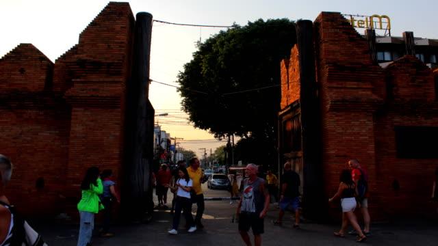 ターペーゲートチェンマイ旧市街古代の壁と堀チェンマイ北部タイ. ビデオ