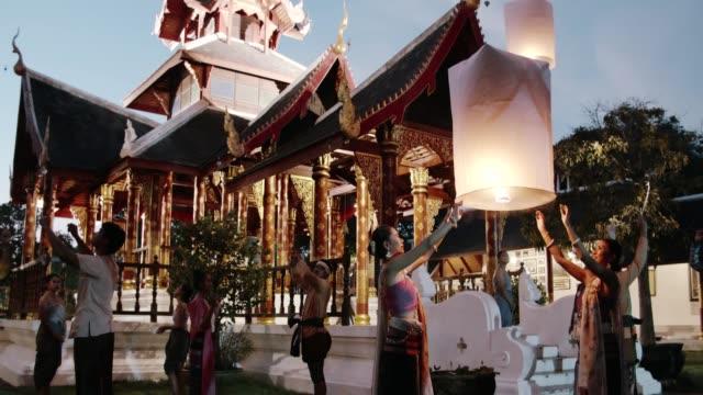 vídeos de stock, filmes e b-roll de cultura antiga tailandesa : yi peng( lanterna de papel) festival - enfeitado