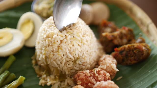 vídeos y material grabado en eventos de stock de comida local tailandesa de chiangmai con arroz y huevo, 4k - comida tailandesa