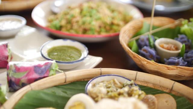 thai chiangmai local food with rice and egg, 4k - tajska kuchnia filmów i materiałów b-roll