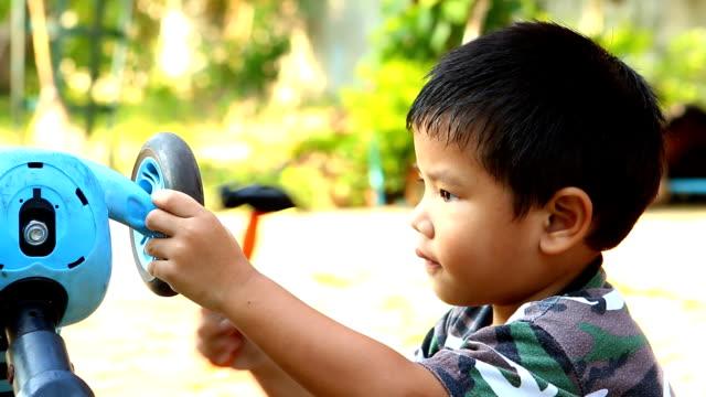 vídeos de stock e filmes b-roll de thai child playing as mechanic - brinquedo