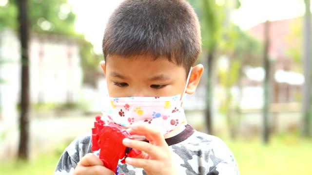 thai kind tragen hygienische maske schützen virus covid-19 - patientin stock-videos und b-roll-filmmaterial