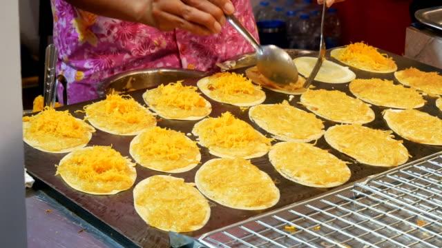 vidéos et rushes de crêpes croustillantes thaïlandaises. - croustillant