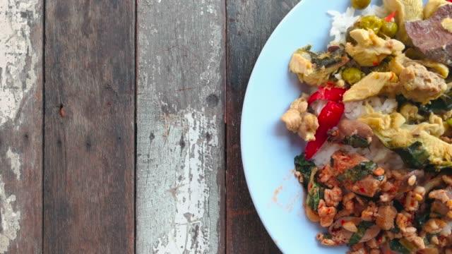 古い木のテーブル ドリー ショットのプレートにご飯とタイのカレー - インド料理点の映像素材/bロール