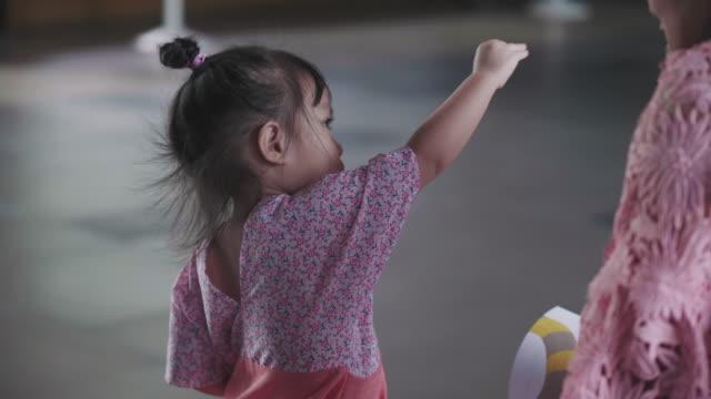 vídeos y material grabado en eventos de stock de niña linda tailandesa está actuando imaginación de pájaro mientras enseña a la madre - copiar
