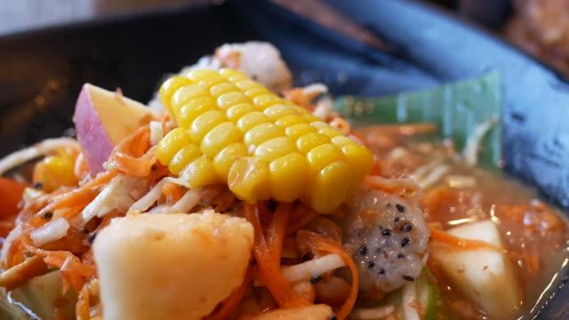 有名なタイ料理、ソムタム、パパイヤ サラダ、ズーム アウト ビデオ