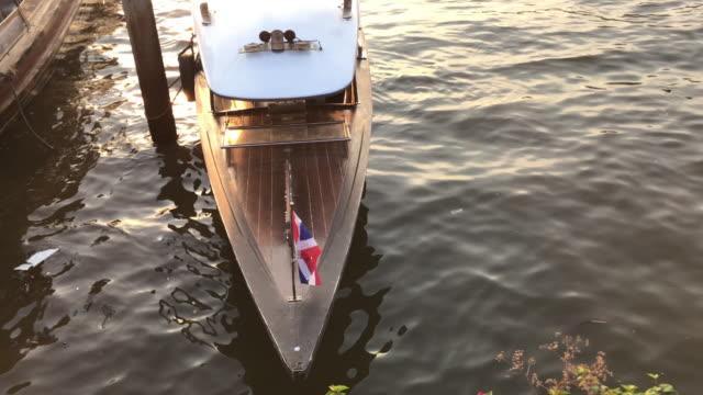 thai flagga på båtdäck, maharaj pier, bangkok, thailand - turistbåt bildbanksvideor och videomaterial från bakom kulisserna