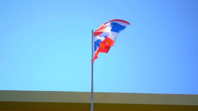 青い空のタイの旗のスローモーション - サムイ島点の映像素材/bロール